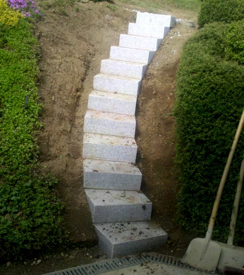 Gartentreppe auf Granitblockstufen