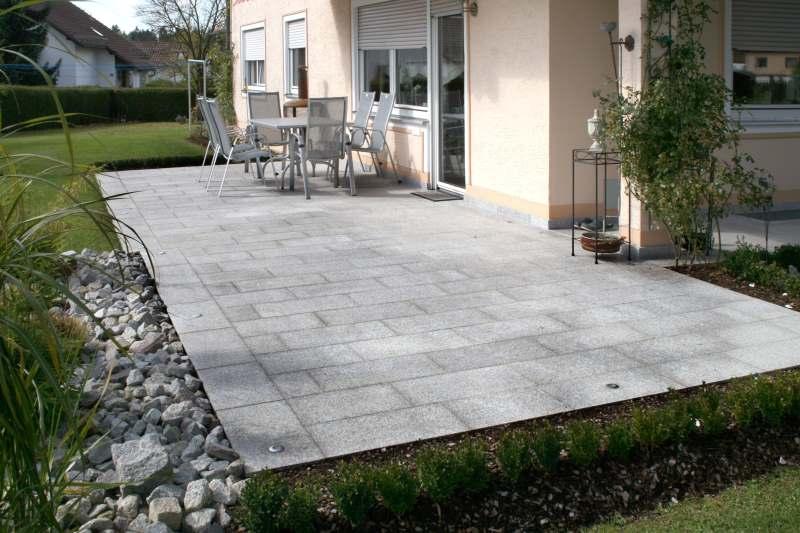 Granitplatten auf Terrasse verlegt - mit LED-Spots