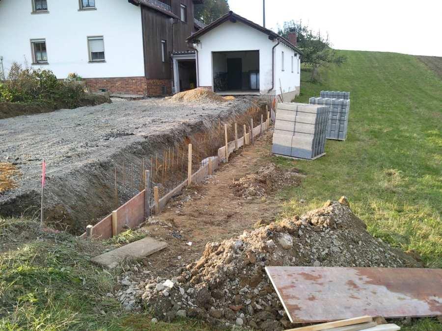 Vorher: Stützwand aus Beton - Abdeckung Granitplatten - Pflaster - Betonpflaster
